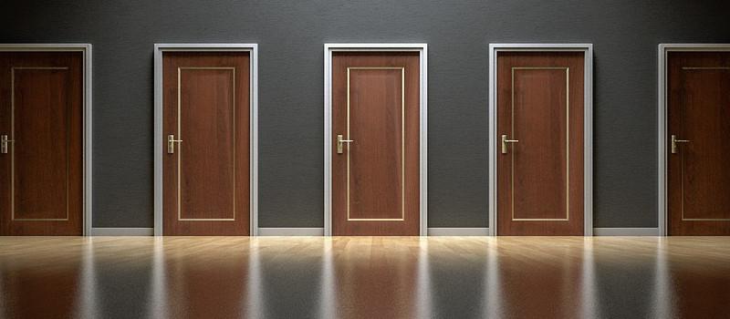 serie di porte chiuse marroni da scegliere