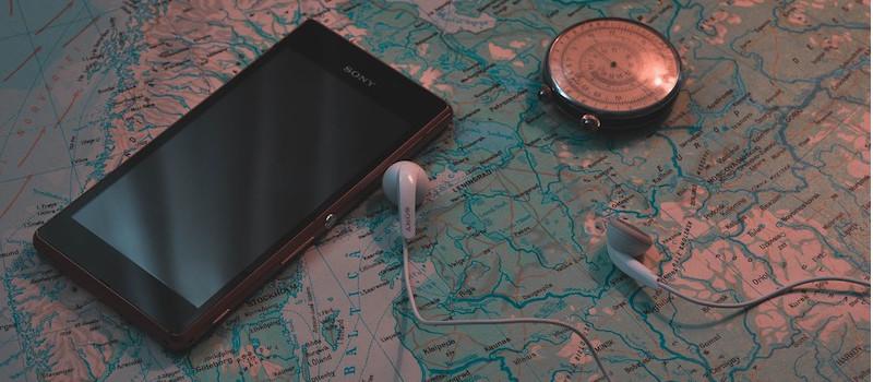 telefone cuffie bussola sopra mappa della Svezia