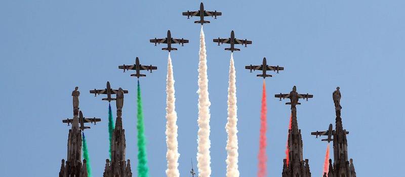 frecce-tricolori-9-aerei-disposizione-a- trangolo-volano-sopra-duomo-milano