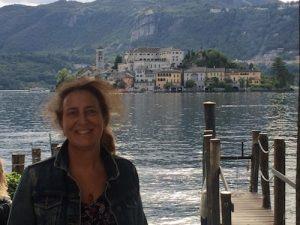lena signora in primo piano su sfondo lago e montagna
