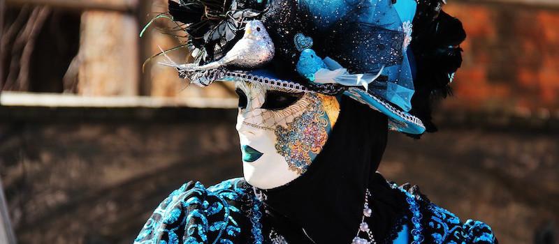 maschera carnevale bianca cappello blu venezia