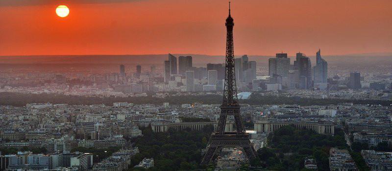 vista torre eiffel e città al tramonto