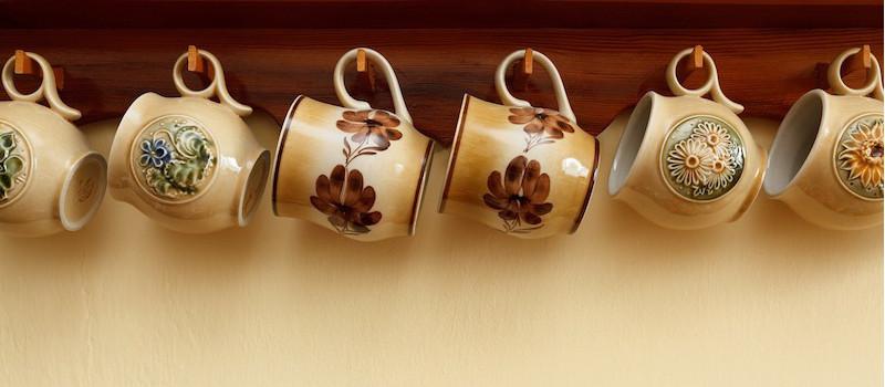 set di tazze nuance marrone con motivi appese al muro